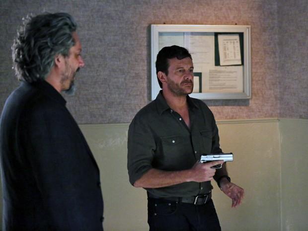 Josué chega armado na casa de Silviano (Foto: Isabella Pinheiro/ Gshow)