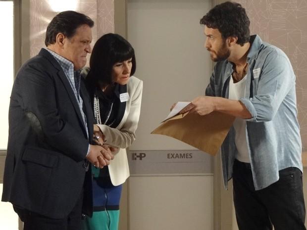 Rodrigo mostra a Melissa e Dimas a foto que Pedro ampliou (Foto: Amor Eterno Amor / TV Globo)