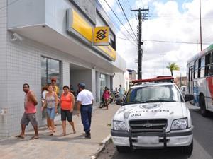 Empresário foi rendido na entrada do banco e assaltantes levaram R$ 127 mil (Foto: Walter Paparazzo/G1)