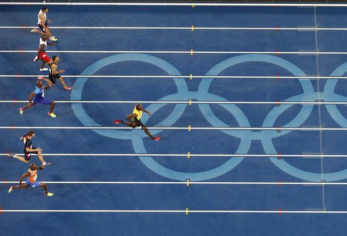 Bolt chega para vencer os 200m (Foto: Fabrizio Bensch/REUTERS)