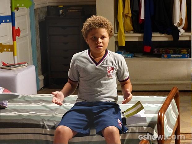 Pedro lê o significado de paixão no dicionário e descobre que foi 'pego' (Foto: Malhação / TV Globo)