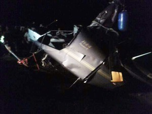 Helicóptero que caiu no Lago de Furnas é resgatado pelo Corpo de Bombeiros (Foto: Marlon Santiago / EPTV)