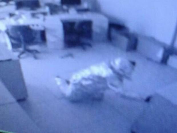 Suspeitos queriam não acionar alarme, mas videomonitoramento flagrou ação. (Foto: PM/Divulgação)
