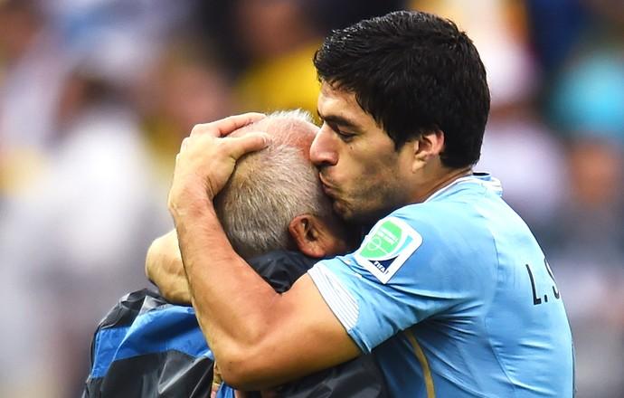 Luis Suarez Uruguai abraça o fisioterapeuta da seleção (Foto: Agência Getty Images)