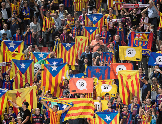 Torcedores com a bandeira da Catalunha em jogo de futebol do Barcelona (Foto:  JOSEP LAGO/AFP)