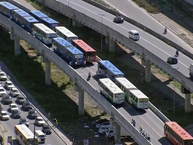 Mais de 10 ônibus pararam no viaduto da PE-15, em Olinda (Foto: Reprodução/TV Globo)