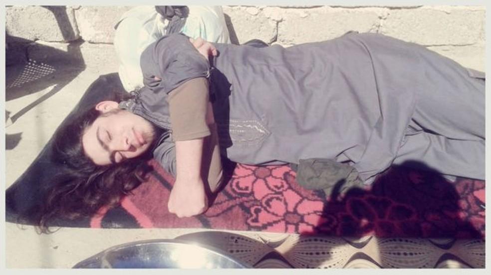 Uma foto onde o jovem aparece como se estivesse descansando (Foto: BBC)