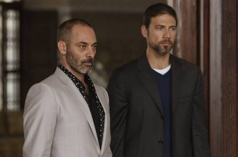 Ashraf Barhom e Adam Rayner em cena de Tyrant (Foto: Divulgação)