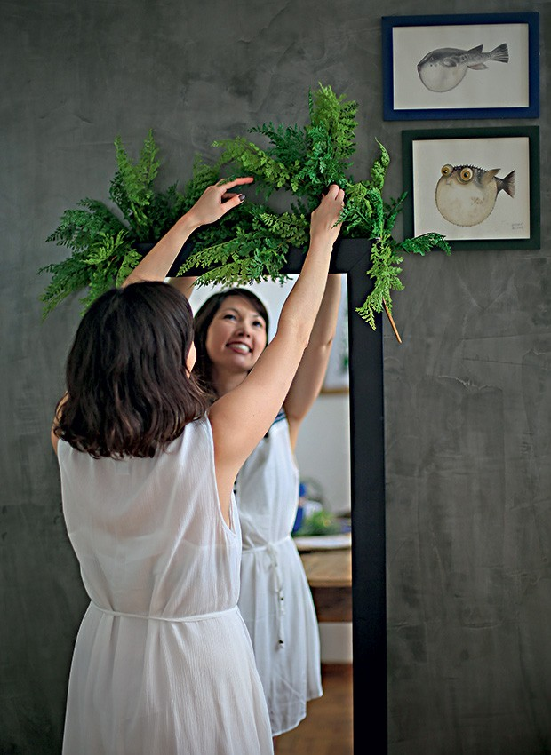 Não se esqueça do espelho de chão e vista-o especialmente para a ocasião com plantas e flores na moldura superior. Espelho Tok & Stok, folhas artificiais Empório das Flores (Foto: Rogério Voltan/Editora Globo)