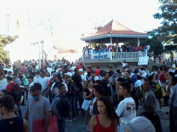 Centenas de pessoas reunidas na praça Porto Rocha (Foto: João Phelipe Soares / G1)