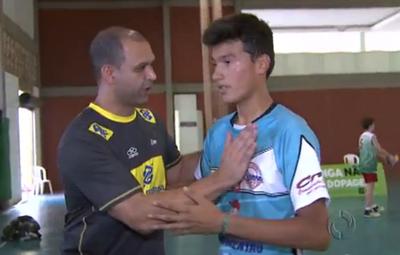 Técnico Vinicius Gomes e Fernando, da seleção de Mato Grosso do Sul de vôlei (Foto: Reprodução/RPC TV)