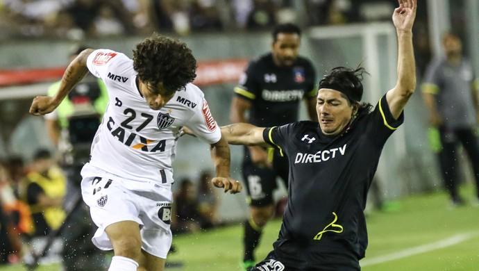 Luan recebe combate de Valdés na partida entre Colo-Colo e Atlético-MG, pela Libertadores (Foto: Bruno Cantini/Atlético MG)