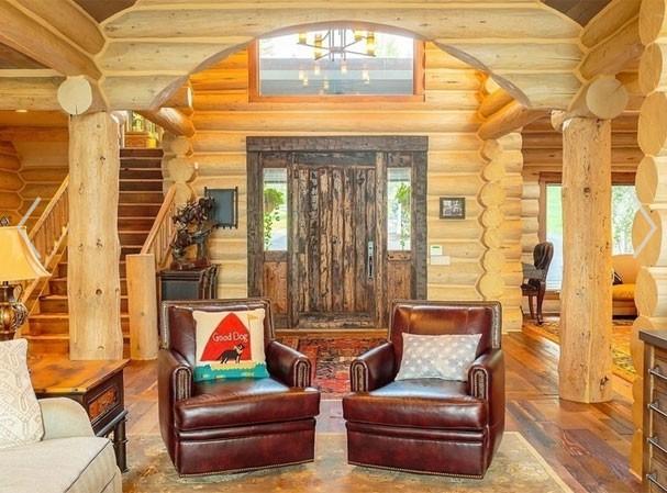 A decoração de interiores da mansão foi assinada pela designer Heidi Tate, da própria cidade de Whitefish, Montana. Todavia, a escolha do décor não foi da atriz Julia Roberts, mas do proprietário atual (Foto: Divulgação / GLACIER SOTHEBY'S INTERNATIONAL REALTY)