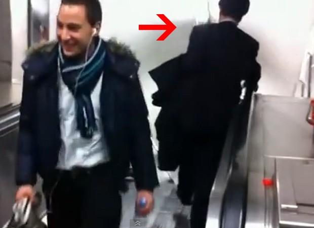 Homem ignora pessoas no sentido contrário e tenta descer escada a todo custo (Foto: Reprodução)