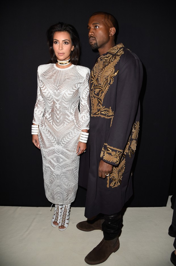 Kim Kardashian e Kanye West assistem ao desfile da Balmain na semana de moda de Paris (Foto: Getty Images)