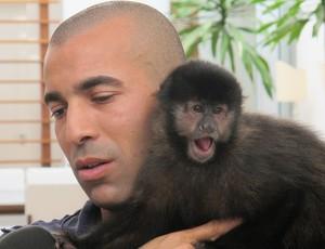 Emerson e a macaca Cuta após vitória do Timão (Foto: Carlos Augusto Ferrari / Globoesporte.com)