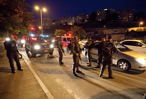 Policiais israelenses procuram por foguete que teria caído na região de Jerusalém nesta sexta-feira (16) (Foto: AP)