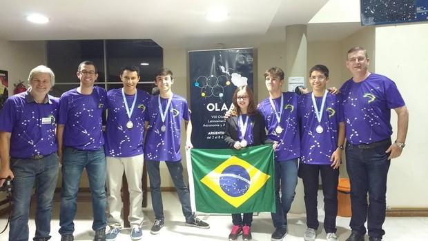Equipe brasileira que participou da OLAA, em foto publicada pelo professor coordenador da equipe João Canalle (Foto: Reprodução Facebook/João Canalle)