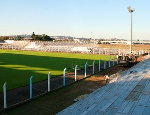Instalação de novas arquibancadas no Estádio do Vale (Foto: Charles Dias/Agência RBS)
