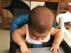 Fernanda Gentil posta foto do filho com papinha de banana por todo lado