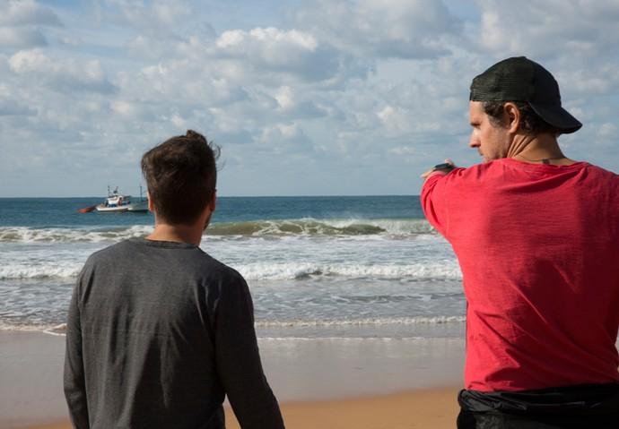 O diretor Marcelo TRavesso dá orientações a Bruno antes da cena (Foto: Lydio Cerqueira/Gshow)