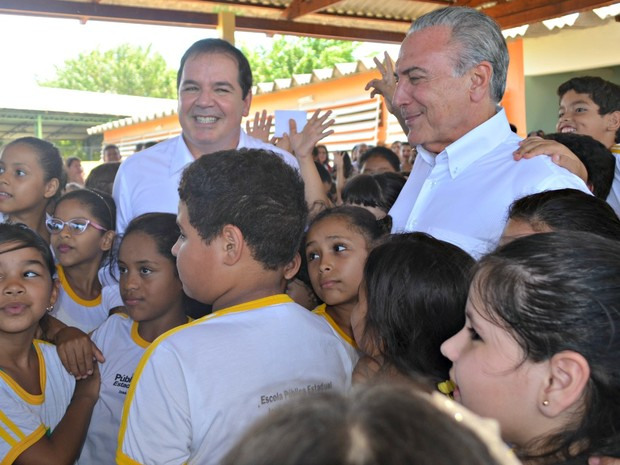 Após o encontro na sede do partido, Temer seguiu para uma escola de Rio Branco onde assistiu uma apresentação musical de crianças sobre o Aedes aegypti (Foto: Iryá Rodrigues/G1)