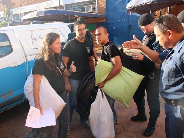 Policiais no momento da soltura em presídio de MS (Foto: Graziela Rezende/G1 MS)
