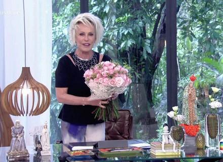 Ana Maria ganha flores no Dia Internacional da Mulher e lembra do aniversário de Hebe Camargo