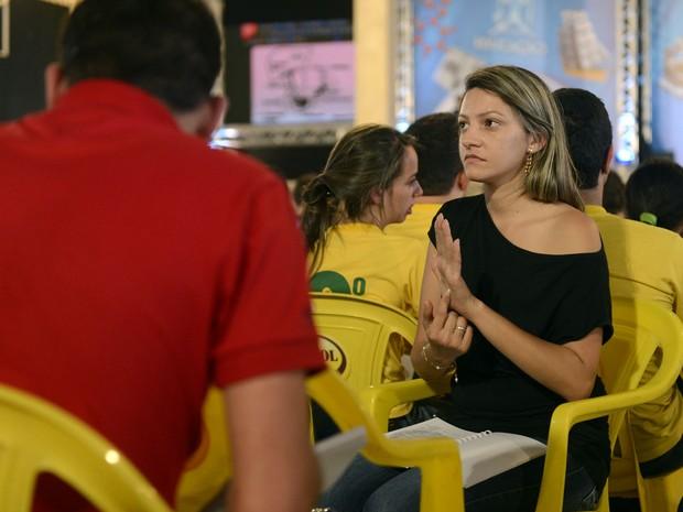 Likássia Gomes traduz para libras o aulão do Projeto Educação (Foto: Luka Santos / G1)