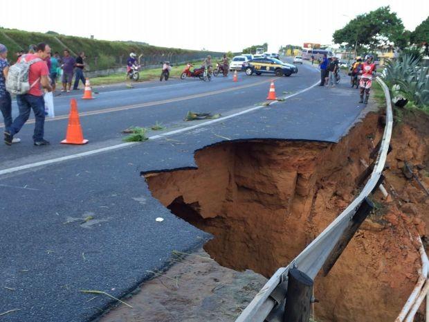 Parte da pista da BR-367 que dá acesso a entrada de Porto Seguro cedeu (Foto: RADAR64.COM / Divulgação)