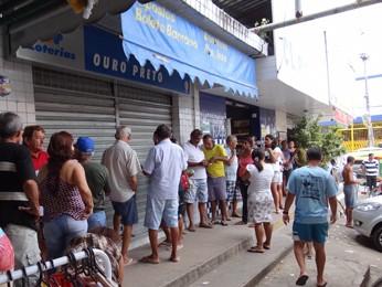 Lotérica em Olinda ficou lotada desde o início da manhã desta terça (31) (Foto: Moema França / G1)