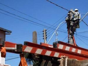 Servidor da CEB fazendo manutenção em rede elétrica (Foto: Andre Sousa/Agência Brasília)