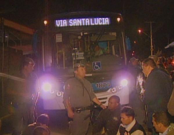 Motoristas e cobradores em greve impedem saíde de ônibus em Campinas (Foto: Reprodução EPTV)