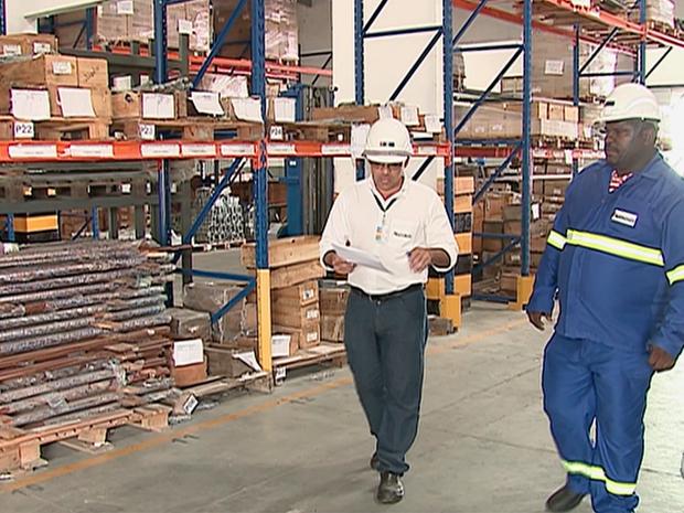Ednaldo (de azul) conseguiu emprego após devolver R$ 7 mil achados na BR-232 (Foto: Reprodução/TV Asa Branca)