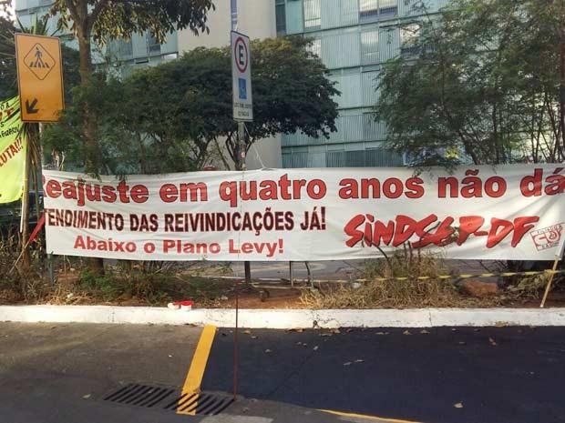 Faixas colocadas por servidores públicos durante protesto na porta do Ministério do Planejamento (Foto: Isabella Calzolari/G1)
