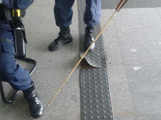 Flecha atinge coturno de policial militar do DF que estava no Anexo II da Câmara dos Deputados (Foto: Polícia Militar/Divulgação)