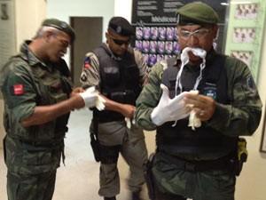 Polícia Ambiental foi chamada ao Hospital Universitário Lauro Wanderley para capturar o urubu (Foto: Walter Paparazzo G1/PB)