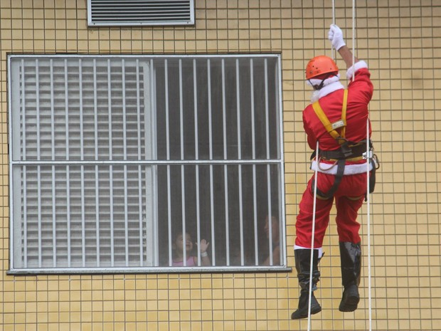 Criança interage de dentro do quarto com o Papai Noel (Foto: Grupo Cleanse/Divulgação)