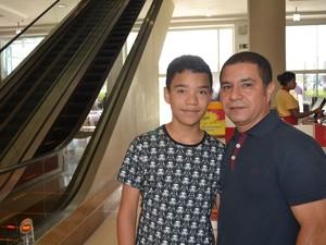 Luis Carlos Gabriel conseguiu comprar um ingresso para a pré-estreia para o filho Arthur (Foto: Maiara Barbosa/ G1)