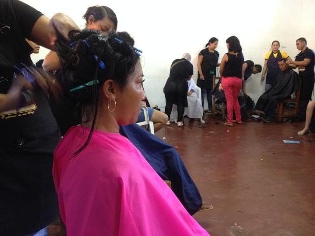 Serviços de beleza foram um dos ofertados durante ação social (Foto: Fabiana Figueiredo/G1)