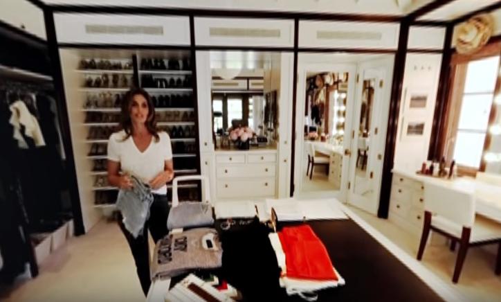 Cindy Crawford faz tour animado em seu closet (Foto: Reprodução/YouTube)