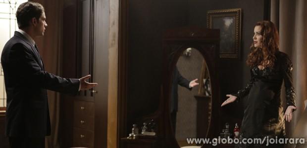 Viktor pressiona Sílvia e pergunta se ela tem algo contra Ernest (Foto: Inácio Moraes / Tv Globo)