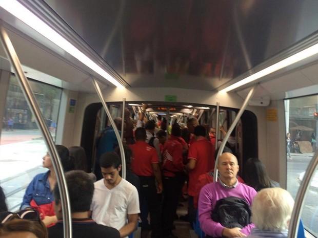 Veículos circularam cheios pelo Centro do Rio na manhã desta terça (26) (Foto: Renato Franzini / G1)