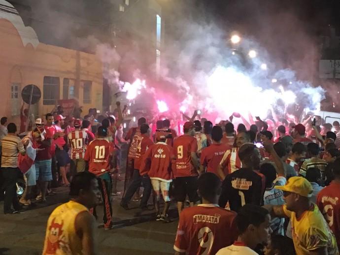 Torcida do Sergipe recepciona jogadores cpm festa na entrada do Batistão (Foto: Felipe Martins / CSS)