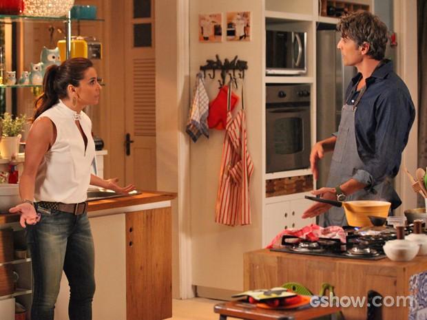 Clara dá bronca em Cadu depois de encontrar o maridão na cozinha (Foto: Carol Caminha/ TV Globo)