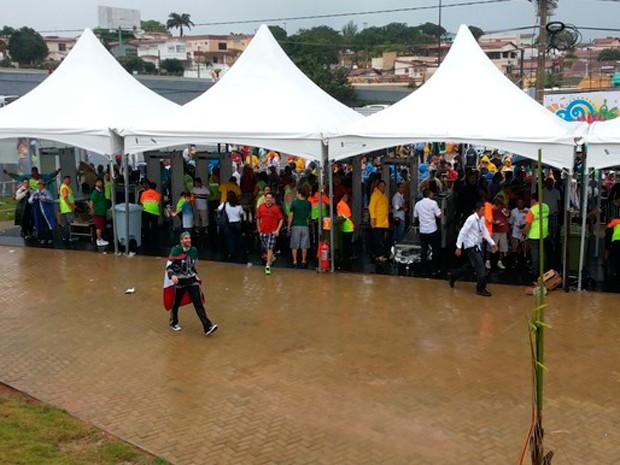Torcedores de México e Camarões na entrada Sul da Arena das Dunas (Foto: Jocaff Souza/GloboEsporte.com)