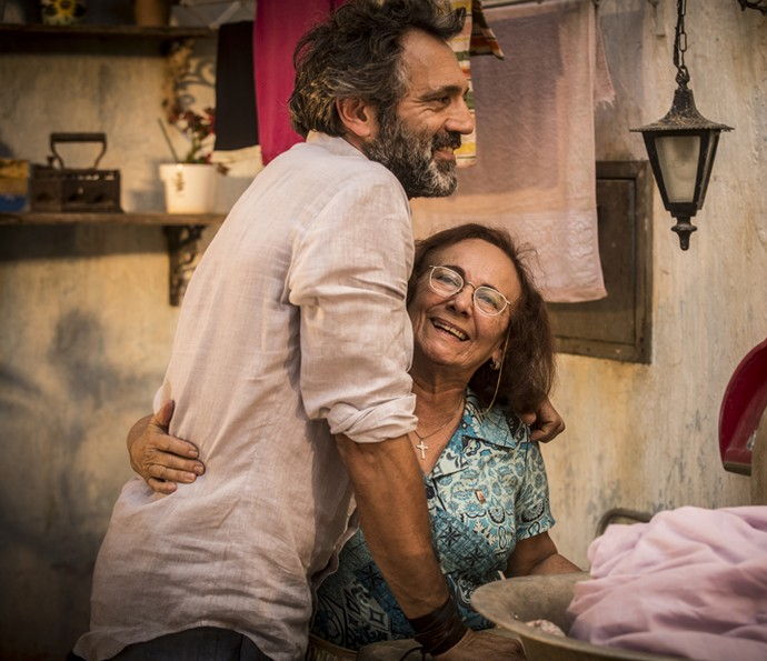 Zezita Matos aproveitou os intervalos das garavações para dar um abraço carinhoso em Domingos Montagner (Foto: Inácio Moraes/Gshow)