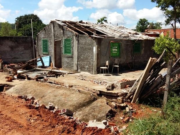 Quatro casas foram destelhadas por temporal (Foto: Adolfo Lima/ TV TEM)