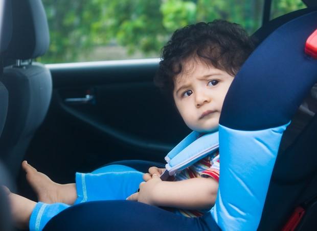 Criança sentada na cadeirinha do carro (Foto: Shutterstock)