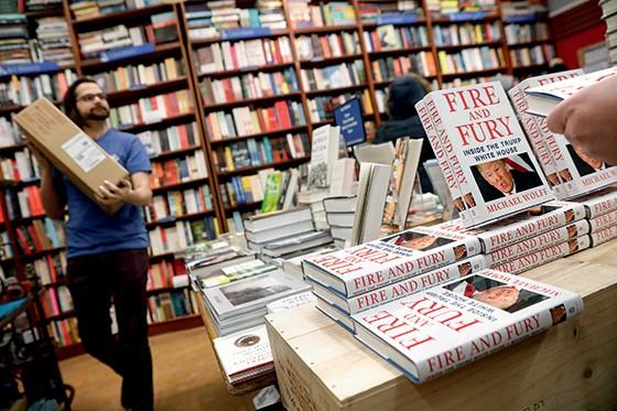 best-seller Cópias de Fogo e fúria empilhadas em livraria  de Nova York. No Brasil,  a Objetiva contratou cinco tradutores (Foto: Foto: Reuters/Shannon Stapleton)